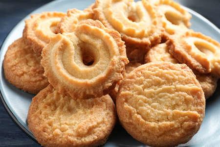 Plaque avec des biscuits au beurre danois sur table, gros plan Banque d'images