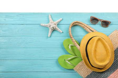 Composición plana con accesorios de playa sobre fondo de madera. Espacio para texto Foto de archivo