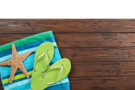 Composición plana con accesorios de playa sobre fondo de madera. Espacio para texto
