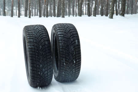 New winter tires on fresh snow near forest Stockfoto