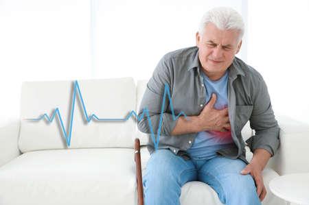 Hombre mayor que sufre de un ataque al corazón en casa