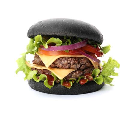 Smakelijke ongebruikelijke zwarte hamburger die op wit wordt geïsoleerd