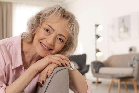Portrait of mature woman in living room 写真素材 - 120142439