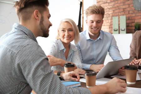 Geschäftsleute diskutieren Arbeitsangelegenheiten am Tisch im Büro. Professionelle Kommunikation Standard-Bild