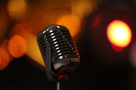 Retro microphone against festive lights. Musical equipment Banque d'images - 119679450