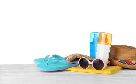 Conjunto de accesorios de playa en la mesa sobre fondo blanco. Espacio para texto Foto de archivo