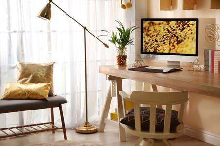 Lugar de trabajo cómodo con computadora moderna en casa