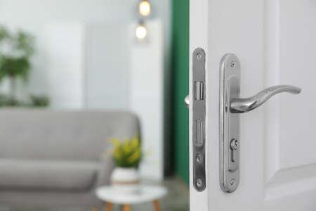 Offene Tür und verschwommene Sicht auf das Wohnzimmer im Hintergrund Standard-Bild
