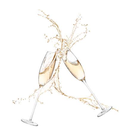 Verres de champagne tintant ensemble et éclaboussant sur fond blanc