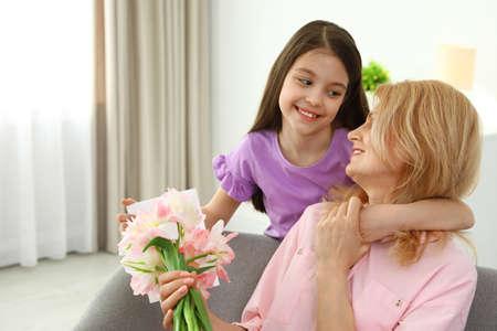 祝贺她的成熟妈妈的小女儿在家,文本的空间。母亲节快乐