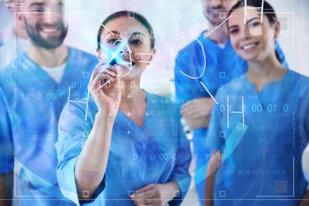 Estudiantes de medicina que trabajan con pantalla virtual en laboratorio Foto de archivo