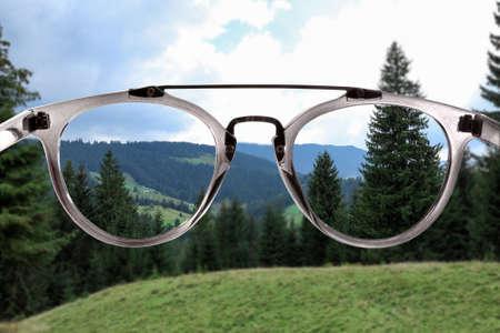 Klare schöne Sicht durch eine Brille. Rezept vom Augenarzt