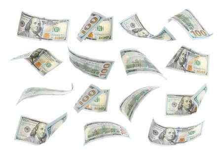 Muchos billetes estadounidenses volando sobre fondo blanco.
