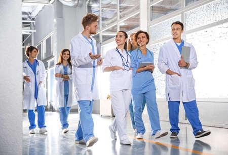 Gruppo di studenti di medicina nel corridoio del college Archivio Fotografico