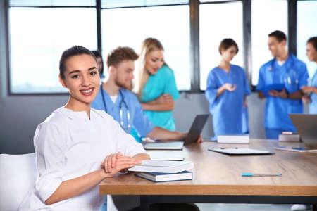 Slimme medische student met haar klasgenoten op de universiteit Stockfoto