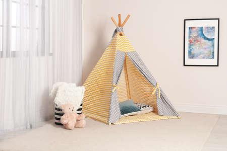 Gemütliches Kinderzimmer mit Spielzelt am Fenster