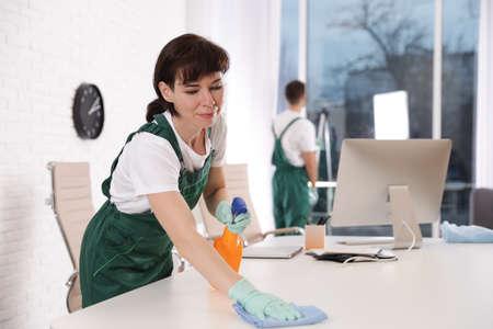 Table de nettoyage de concierge professionnel dans un bureau moderne