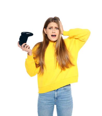 Emocjonalna młoda kobieta grająca w gry wideo z kontrolerem na białym tle