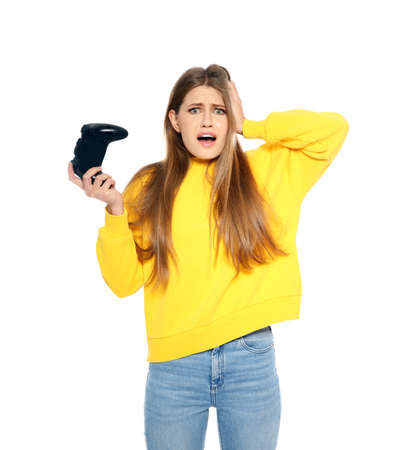 Mujer joven emocional jugando videojuegos con controlador aislado sobre fondo blanco.