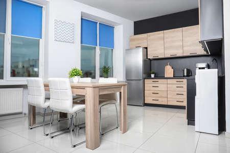 Intérieur de cuisine moderne et confortable avec de nouveaux meubles et appareils électroménagers