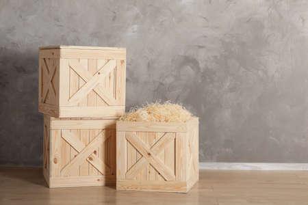 Caisses en bois au sol sur fond de couleur, espace pour le texte Banque d'images