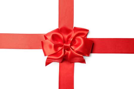 Ruban rouge avec archet sur fond blanc. Décoration de fête