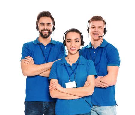 Mitarbeiter des technischen Supports mit Headsets isoliert auf weißem Hintergrund