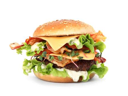 Sabrosa hamburguesa con tocino aislado en blanco Foto de archivo