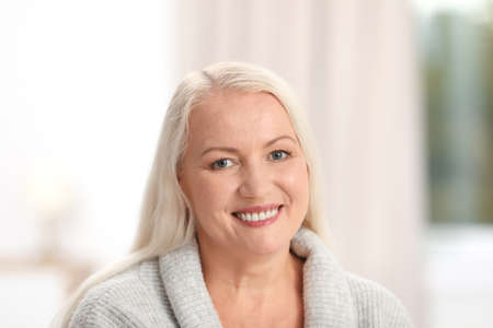 Portrait de belle femme plus âgée contre l'arrière-plan flou Banque d'images