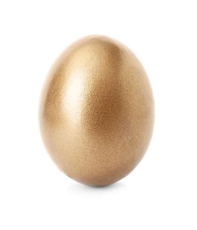 Un huevo dorado brillante sobre fondo blanco.