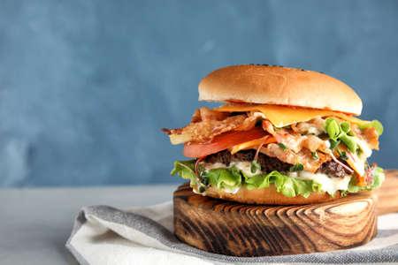 Sabrosa hamburguesa con tocino servido en la mesa. Espacio para texto