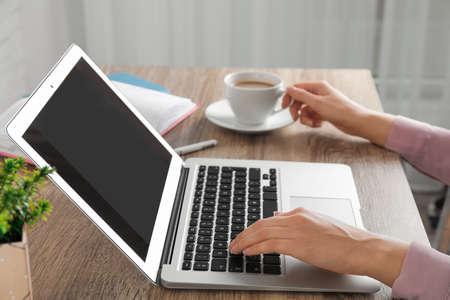 Frau mit Laptop am Tisch, Nahaufnahme. Raum für Gestaltung