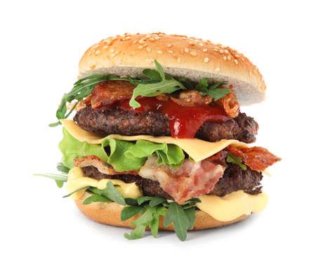 Sabrosa hamburguesa con tocino aislado en blanco