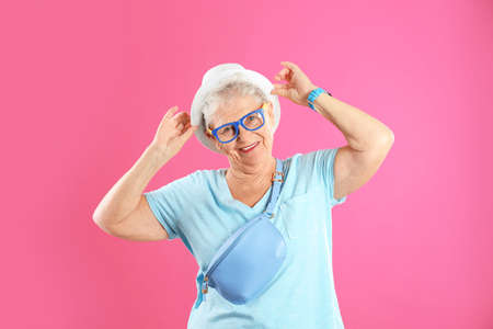 Retrato de abuela fresca sobre fondo de color
