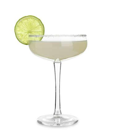 Szklanka koktajlu Margarita na białym tle. Tradycyjny napój alkoholowy