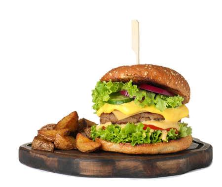Tabla de servir de madera con hamburguesa fresca y patatas fritas aislado en blanco Foto de archivo