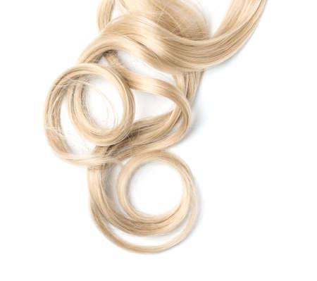 Cabello rubio rizado sobre fondo blanco, vista superior. Servicio de peluqueria Foto de archivo