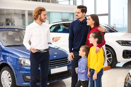 Autoverkäufer, der mit der Familie im Autohaus arbeitet