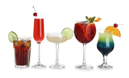 Gläser mit traditionellen alkoholischen Cocktails auf weißem Hintergrund