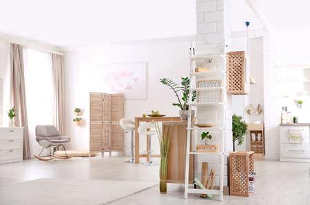 Interni moderni in stile eco con casse di legno e scaffali Archivio Fotografico
