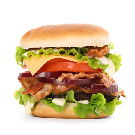 Sabrosa hamburguesa con tocino aislado sobre fondo blanco.