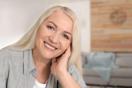 Portrait of mature woman in living room 写真素材 - 121214956