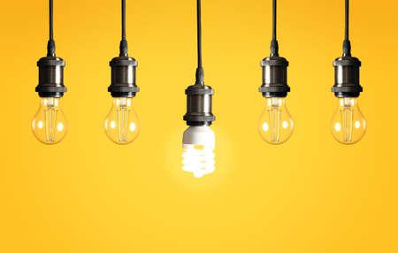 Muchas bombillas de lámpara colgante sobre fondo de color. Símbolo de idea y solución. Foto de archivo
