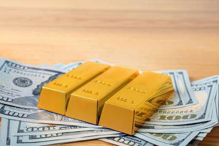 Lingotti d'oro e banconote da un dollaro sul tavolo. Spazio per il testo
