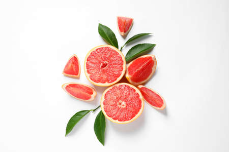 Grapefruits and leaves on white background, top view. Citrus fruits Stockfoto
