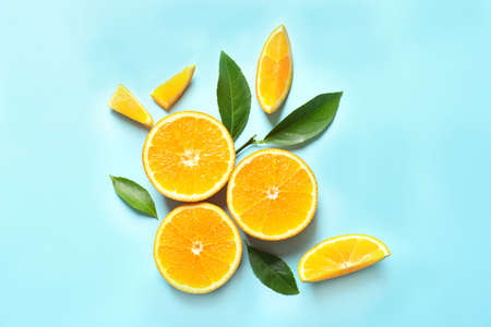 Fresh oranges and leaves on color background, flat lay. Citrus fruits 写真素材 - 121798226