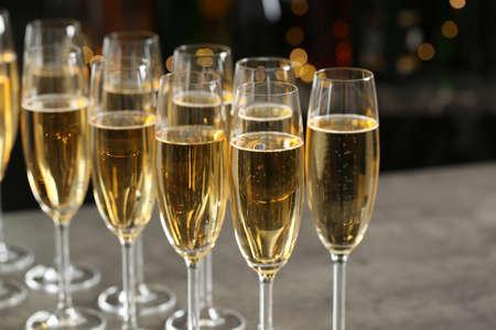 Gläser Champagner auf dem Tisch vor unscharfem Hintergrund
