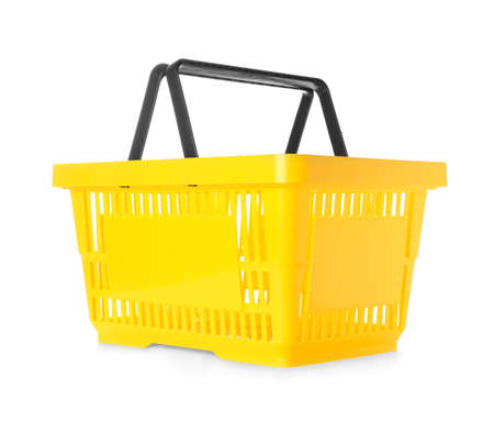Cestino della spesa in plastica colorata su sfondo bianco
