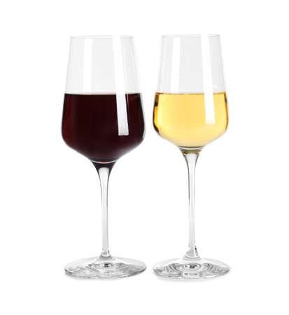 Copas de diferentes vinos caros deliciosos sobre fondo blanco.