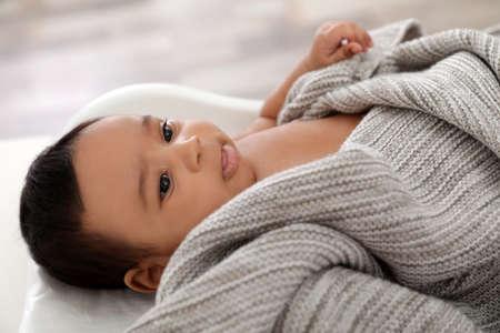Cute African-American baby lying on scales indoors 版權商用圖片 - 123316105